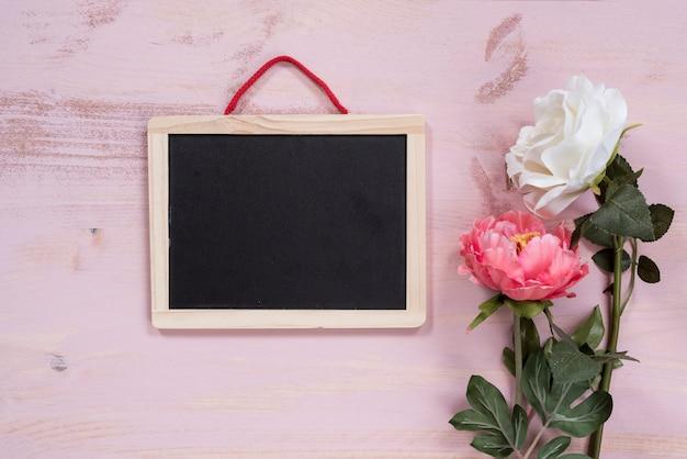 Lavagna Con Fiori Su Sfondo Rosa Scaricare Foto Gratis