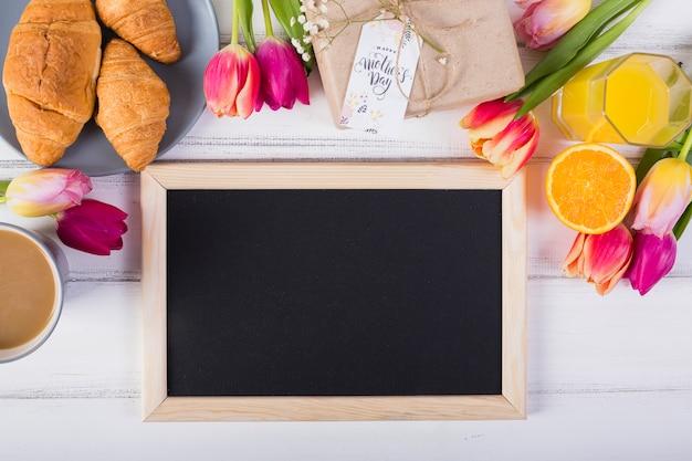Lavagna cornice e colazione classica con tulipani Foto Gratuite