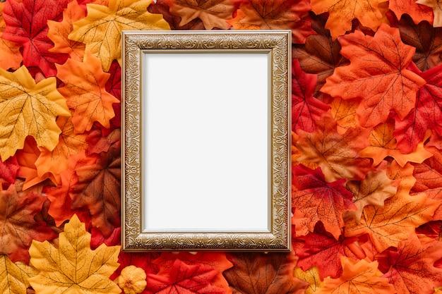 Lavagna d'epoca su foglie d'autunno Foto Gratuite