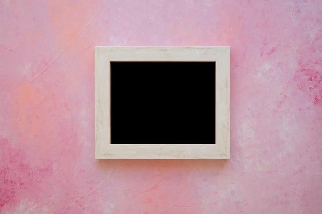 Lavagna in legno su sfondo verniciato rosa Foto Gratuite