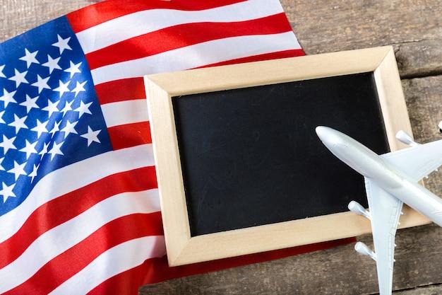 Lavagna vuota con bandiera americana Foto Premium