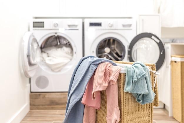 Lavanderia con cestello e lavatrici e asciugatrici Foto Premium