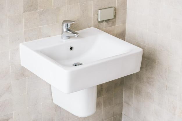 Lavandino bianco e rubinetto Foto Gratuite