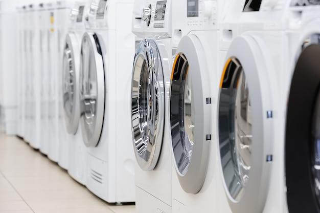 Lavare i mashines nel negozio di elettrodomestici Foto Premium