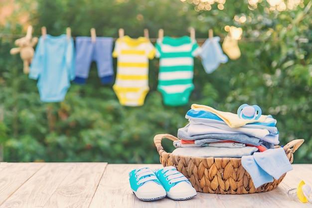 Lavare i vestiti del bambino, la biancheria si asciuga all'aria aperta Foto Premium