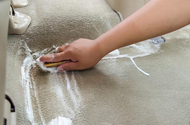 Lavare il tappeto dell'auto Foto Premium