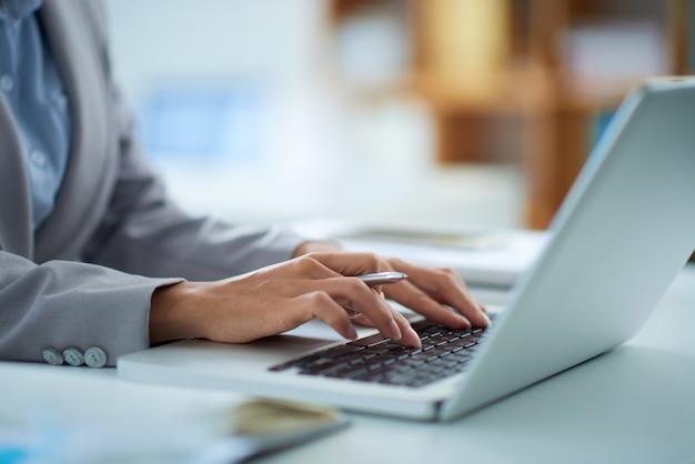 Lavorando su laptop Foto Gratuite