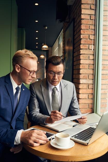 Lavorare insieme sul rapporto Foto Gratuite