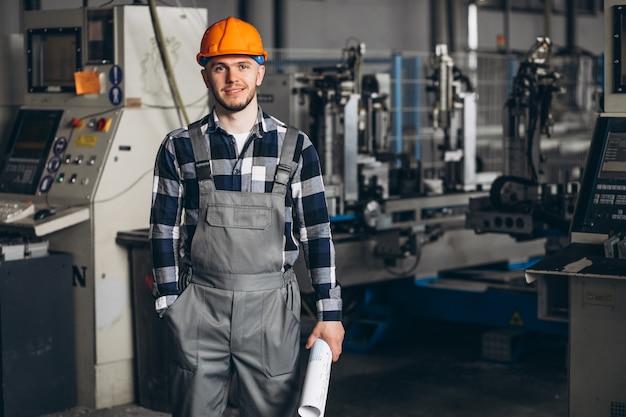 Lavoratore di sesso maschile in una fabbrica Foto Gratuite