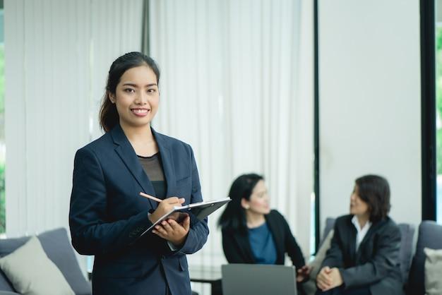 Lavoratore manager moderno sorriso bellezza Foto Gratuite