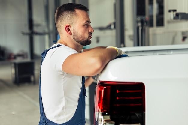 Lavoratore maschio di servizio dell'automobile di vista frontale Foto Gratuite