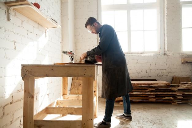 Lavoratore millenario che ottiene il lavoro sul posto di lavoro Foto Gratuite