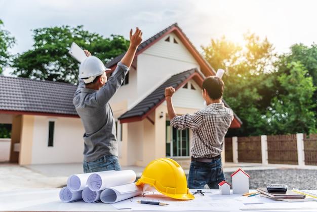 Lavoratore professionale dell'ingegnere di due uomini d'affari alla costruzione di casa. Foto Premium