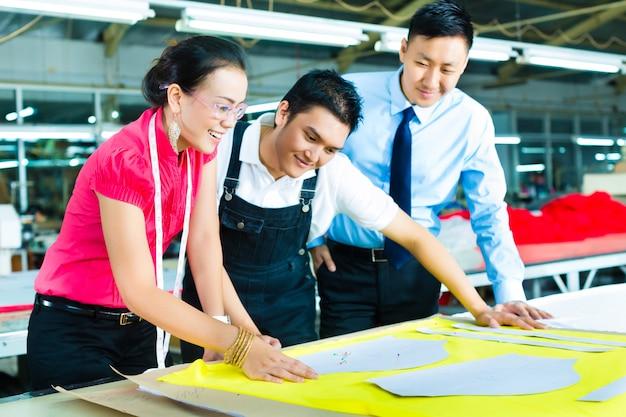Lavoratore, sarto e amministratore delegato in una fabbrica Foto Premium