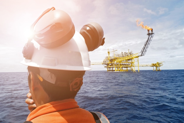 Lavoratore sulla piattaforma offshore. Foto Premium