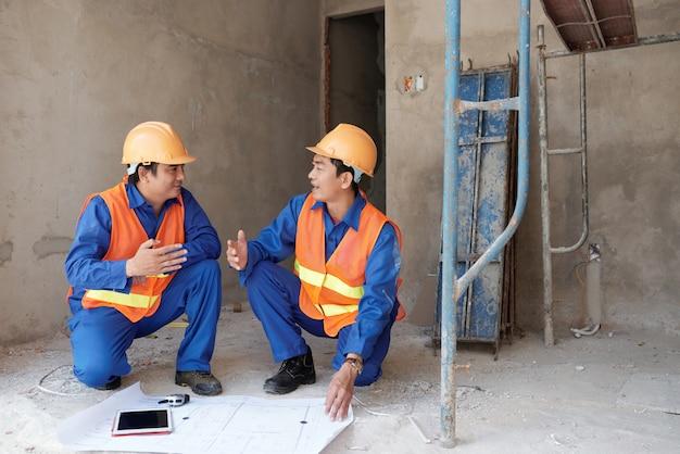 Lavoratori che discutono di progetto Foto Gratuite