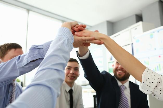 Lavoratori del gruppo di unità nella riunione in ufficio. Foto Premium