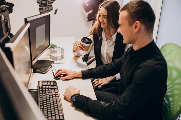 Lavoratori di un'azienda it che lavorano su un computer Foto Gratuite