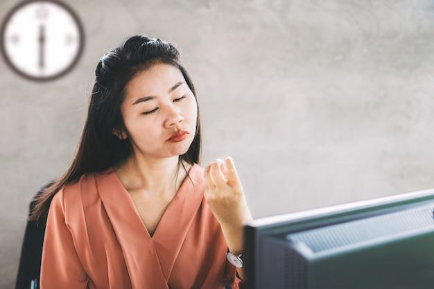 Lavoratrice asiatica pigra e annoiata da lavorare Foto Premium