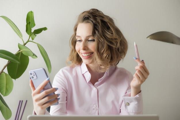 Lavoro a distanza da casa. libero professionista con laptop, tazza di caffè, occhiali. concetto di apprendimento a distanza, isolamento, affari femminili, shopping online. Foto Premium