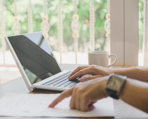 Lavoro d'affari e tecnologia informatica il notebook da tavolo sulla tabella di legno idea di presentazione. Foto Premium