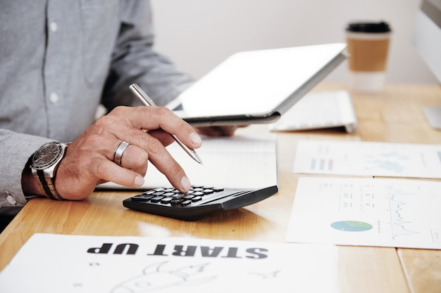 Lavoro di contabilità in ufficio Foto Gratuite