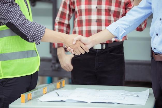 Lavoro di squadra che stringe le mani nel cantiere Foto Premium