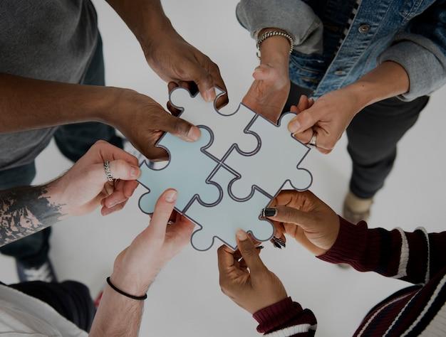 Lavoro di squadra di associazione del puzzle del puzzle della gente insieme Foto Premium