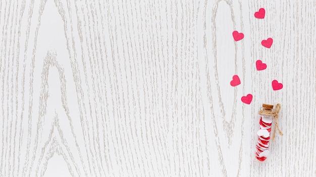 Lay piatto del tubo con cuori e copia spazio per san valentino Foto Gratuite