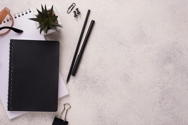 Lay piatto della scrivania con notebook e occhiali Foto Gratuite