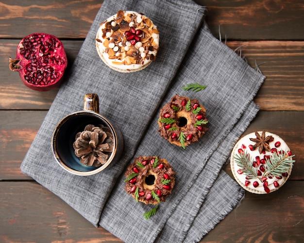 Lay piatto di assortimento di dessert su stoffa Foto Gratuite