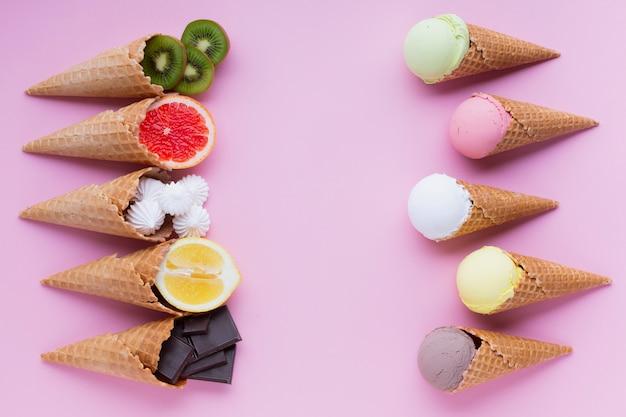 Lay piatto di gusti di gelato con spazio di copia Foto Gratuite
