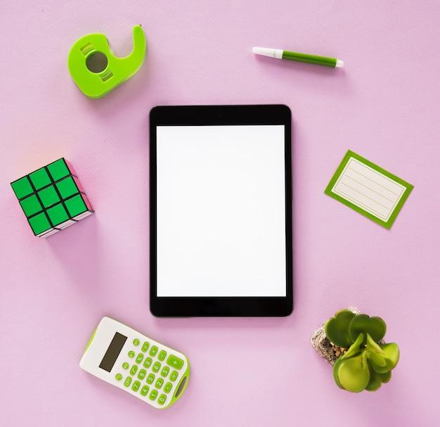 Lay piatto di scrivania organizzata e tablet Foto Gratuite