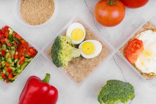 Lay piatto di uova e verdure Foto Gratuite