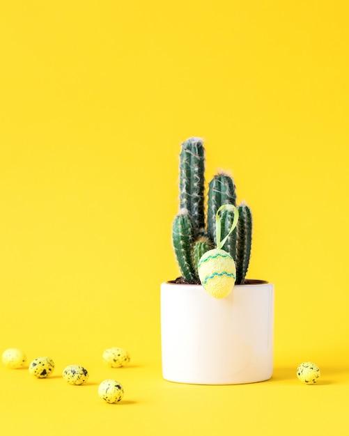 Layout creativo sfondo di pasqua. cactus con uova colorate Foto Premium