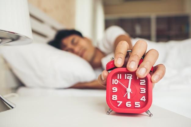 Lazy man che si sveglia nella sua camera da letto Foto Gratuite