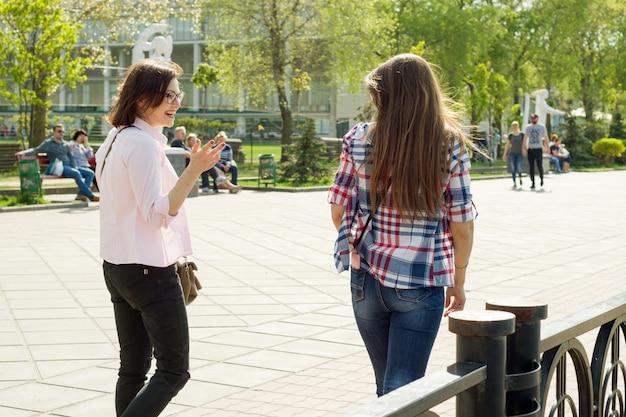 Le amiche camminano per strada e parlano Foto Premium