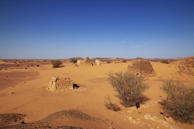 Le antiche piramidi di meroe nel deserto del sahara, in sudan Foto Premium