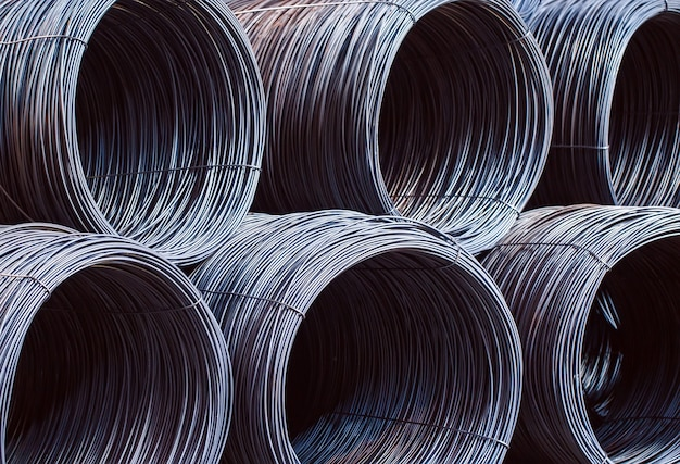 Le armature edili si trovano nel magazzino di prodotti metallurgici. elemento della struttura costruttiva. Foto Premium
