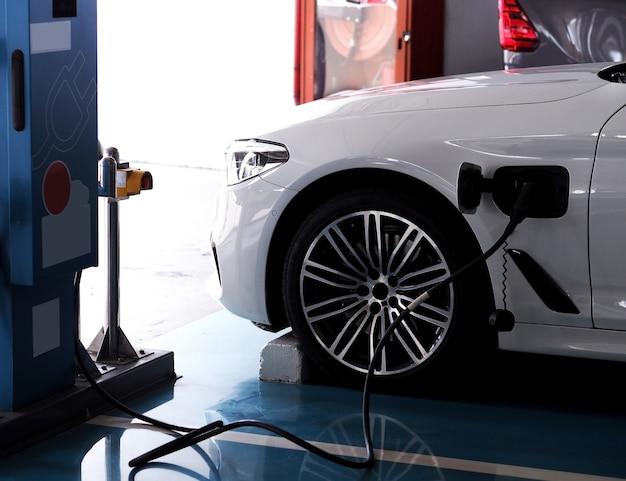Le auto elettriche stanno riempiendo l'elettricità. Foto Premium
