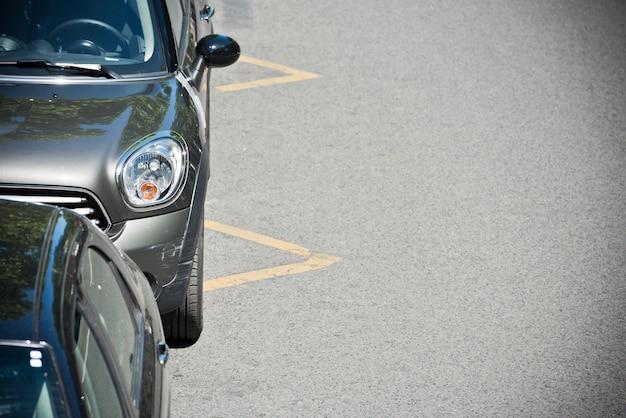 Le auto parcheggiate sulla strada di parigi, francia Foto Premium