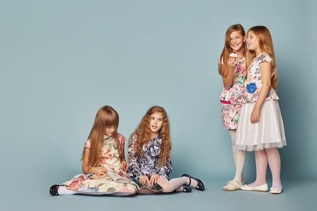 Le bambine si divertono e giocano, festeggiano il compleanno Foto Premium