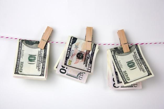 Le banconote da un dollaro con i clothespins appendono su una corda Foto Premium