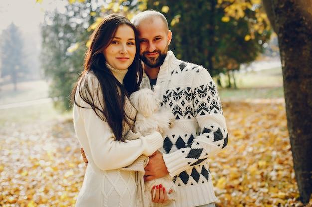 Le belle coppie passano il tempo in un parco di autunno Foto Gratuite