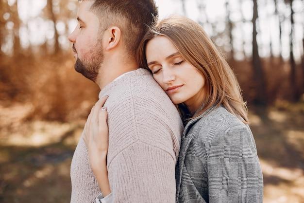 Le belle coppie passano il tempo in un parco Foto Gratuite