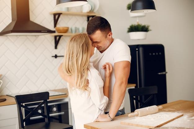 Le belle coppie preparano il cibo in una cucina Foto Gratuite