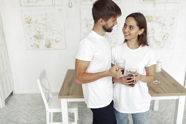 Le belle coppie trascorrono del tempo a casa Foto Gratuite