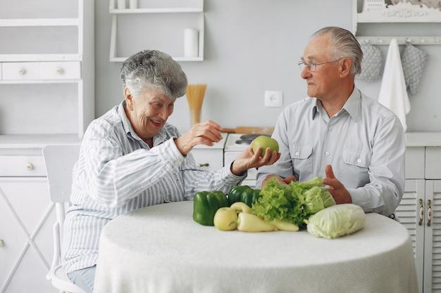 Le belle vecchie coppie preparano l'alimento in una cucina Foto Gratuite