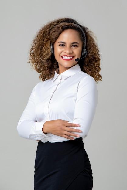 Le braccia sorridenti hanno attraversato il microfono d'uso della donna afroamericana Foto Premium