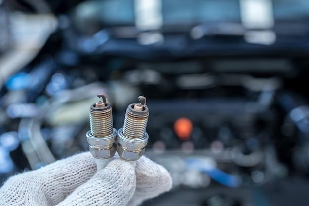 Le candele per auto si trovano nel centro di assistenza post-vendita. Foto Premium